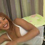 Une jeune femme à la bouche pleine de sperme