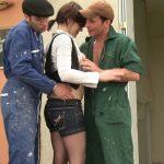 elle seche les cours pour baiser avec les 2 ouvriers qui travaillent chez elle 150x150 - Une jeunette lance un défi à un mec pour se faire niquer